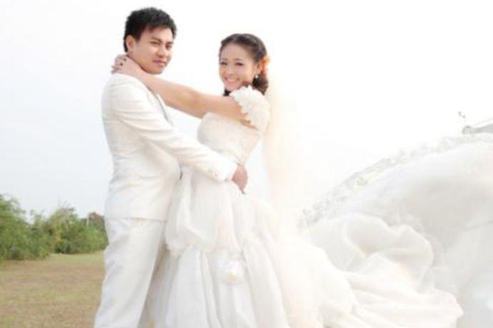 """胖女人拍婚纱照最好选择简单清爽的搭配,加上一些首饰或者是披肩,转移人们看婚纱照片的视线,也能起到掩饰的效果。上半身呈现""""倒三角""""状的效果,能显得身材更纤细。如果担心手臂暴露,影响到婚纱照效果的,可以选择袖子有多层荷叶边设计的婚纱礼服,或者是有褶皱设计的。"""