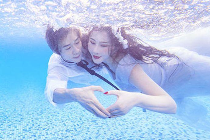 可以的。在水下拍婚纱照不一定非要去湖边或者海里,在专业的泳池里面拍就可以,提前约好场地,然后选择一个泳池来拍摄,大概一米多就行,这样不会太深也不会影响拍摄效果。