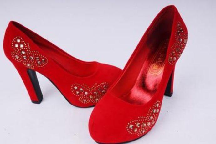 结婚时新娘穿传统习俗红礼鞋、白色小礼鞋、实用又美观的黑色礼鞋、高雅锻面白礼鞋、亦古亦今的优雅鞋等等都是可以的。婚鞋是新娘穿着出嫁的鞋子,婚礼当天本身就很辛苦,所以一定要舒服,然后注意和婚纱礼服相搭配。