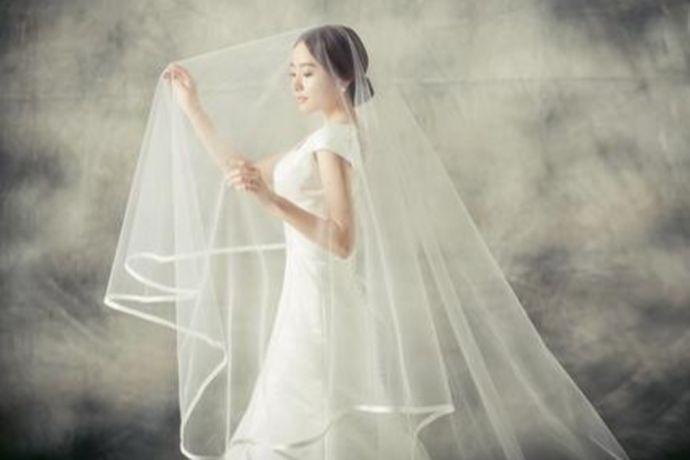新娘可以根据自己的身材,挑选与自己气质相符合的四到五套婚纱礼服,可选择A字型婚纱、合身型婚纱、蓬裙型婚纱、鱼尾型婚纱、及膝短式婚纱等等款式的。