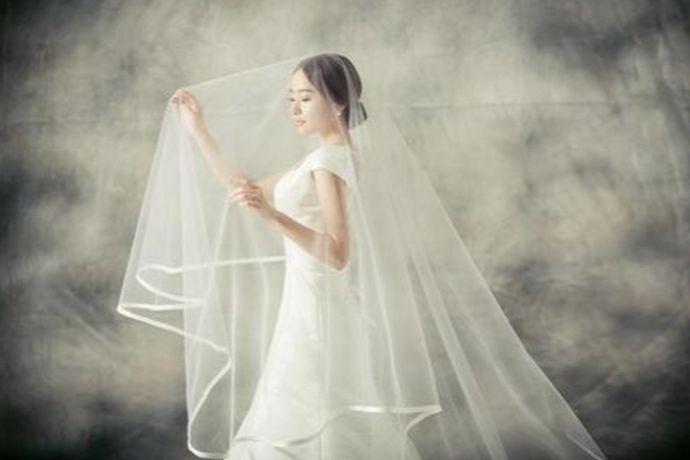 新人拍婚纱照多数会选择4-5套衣服,端庄大气的拖尾婚纱、清新浪漫的齐地婚纱、新颖灵气的彩色婚纱、轻松活泼的情侣装或庄重喜庆的中式礼服等都是不错的选择。新人可根据自己的喜好来选择。