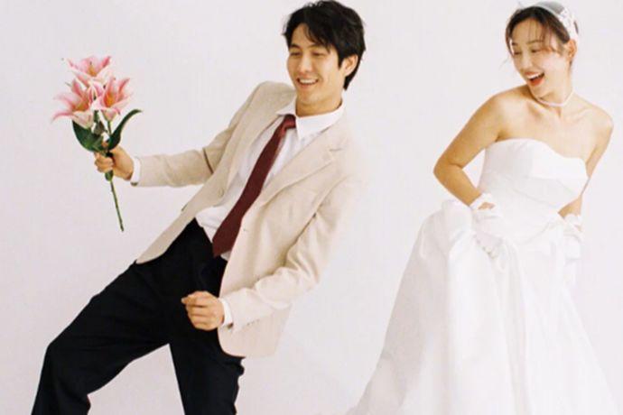首先,要确定一下自己的婚礼风格,中式婚礼或者西方婚礼,还是对自己的婚礼有特别的需求,都会影响到婚纱的样式。西方婚礼通用白色婚纱。中式婚礼以红色为主,最为典型的凤冠霞披。在意自己身材的新娘,也可以根据自己的体型来进行挑选。身材丰满的人可以选择高腰设计,线条流畅的,样式简单的婚纱。
