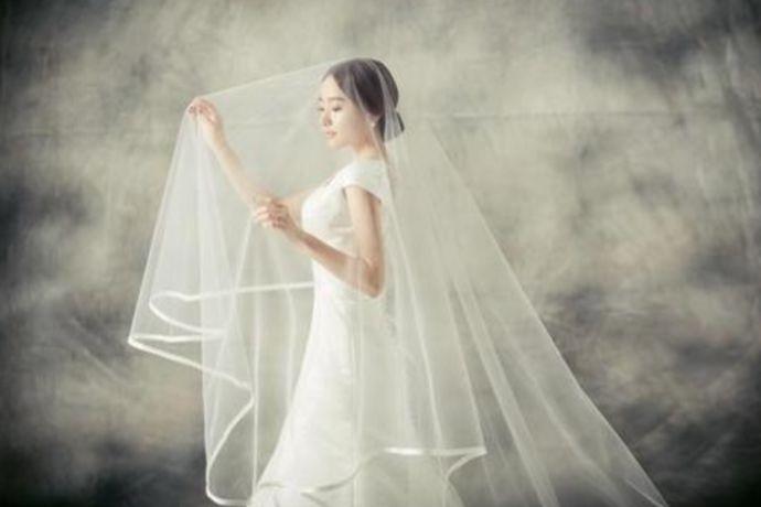 在选择婚纱的时候,要结合自己的体型、肤色、外在气质综合考虑进行选择。当然,还有最重要的选择标准,那就是个人喜好。个子中等、身材匀称的女生,可以选择飘逸感的A字裙和高腰裙。身材偏胖、胳膊粗的女生,可以选择塑性效果好的蓬蓬裙和长袖的鱼尾裙婚纱。
