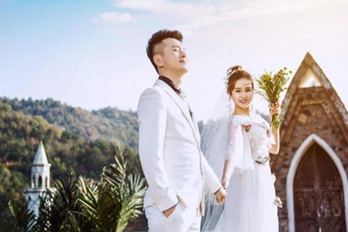 可以根据自己想要的婚纱照风格选择、根据自己的身材选择拍婚纱照的衣服、拍婚纱照衣服颜色的选择上可不用只局限于白色、选择的衣服与新郎的搭配合理、选择一套特色服装。