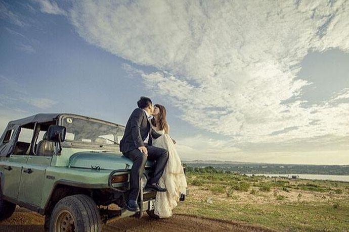 如今越来越多的年轻人不再选择举办传统的婚宴婚礼,而是更倾向于选择自由自在的旅游结婚。下面和小编一起来看看到底旅游结婚是怎么样的流程以及新人必知的旅游结婚攻略。PS:文末附有超实用备婚清单,别忘记收藏哦!