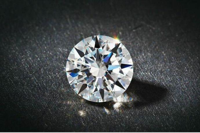 俗话说玉不琢不成器,钻石也一样,天然钻石原石只有经过完美切割才能把最好的火彩跟亮度展现出来。因此我们常说钻石的切工是钻石的第二生命。那么如何看钻石的切工呢?