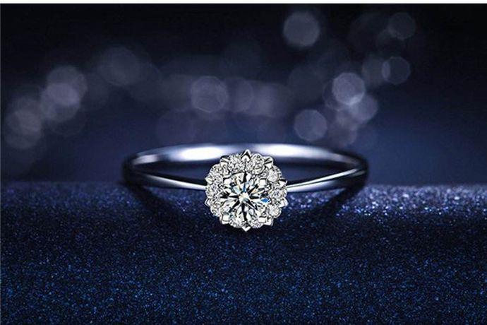 很多在网上购买戒指的消费者都有这样的体验,在选择戒指款式后,往往我们需要选择一个戒指的尺寸,即戒指要买多大号的。下面我们就来说说戒指14号尺寸是多大以及如何知道自己戴多大号的戒指?