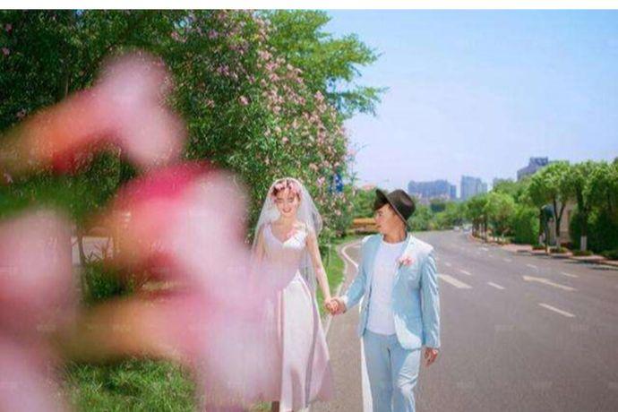 如今婚礼的形式各种各样,除了传统的酒店婚礼,新人还可以选择户外婚礼、旅行婚礼等等。其中旅行婚礼近些年因为简单、新颖而受到了很多年轻新人的喜爱。但是想要准备一场说走就走的旅行婚礼也不容易,下面小编就来说说旅行结婚准备什么?PS:文末附有超实用备婚清单,别忘记收藏哦!
