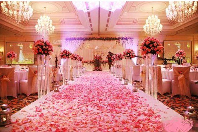 婚礼是爱情甜蜜的见证,是美好生活的开启。筹备一场婚礼,需要花费大量的精力,这个时候请一家婚庆公司可以达到事半功倍的效果。婚庆公司能够提供新人们各种需要的服务,帮助新人们解决婚礼过程中遇到的各种难题,下面小编就和大家分享一下婚庆公司的主要服务内容。PS:文末附有超实用备婚清单,别忘记收藏哦!