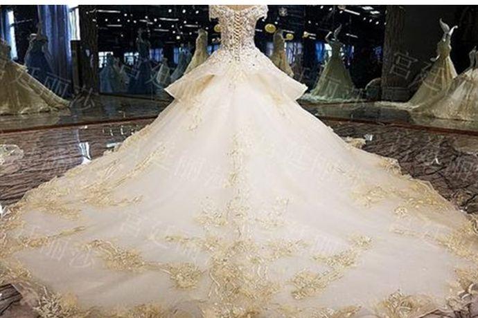 每个女孩都有着一个浪漫的梦想,那就是在人生最重要的一天身穿美丽的婚纱,走向心爱人的身边。但是如今婚纱礼服款式众多,到底该如何选择适合自己的呢?下面小编就和大家分享一下婚纱礼服有哪些款式以及超实用选婚纱礼服秘招。PS:文末附有超实用备婚清单,别忘记收藏哦!