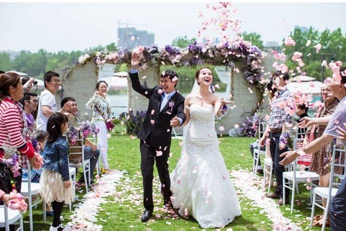 随着社会的发展,年轻人已经不再局限于简单的传统婚礼形式,各种各样的新式婚礼开始出现。下面小编给大家盘点几种常见的婚礼形式,帮助新人更好的完成备婚。PS:文末附有超实用备婚清单,别忘记收藏哦!