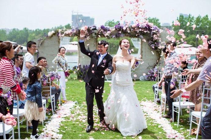 婚礼筹备漫长而琐碎,很多新人都会选择委托给让人省心不少的婚庆策划公司来操办自己的婚礼。但是一些新人却并不清楚婚庆策划都包括什么服务内容。下面小编就为新人们介绍下婚庆策划都包括哪些服务项目吧。PS:文末附有超实用备婚清单,别忘记收藏哦!