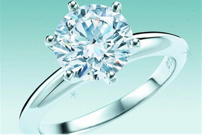 提夫尼(Tiffany)是国际著名珠宝奢侈品牌,相信很多女生都梦想着拥有一枚提夫尼(Tiffany)钻戒。但是作为奢侈品牌,它的价格也是比较昂贵的,今天我们就来说一下提夫尼一克拉戒指价格是多少?