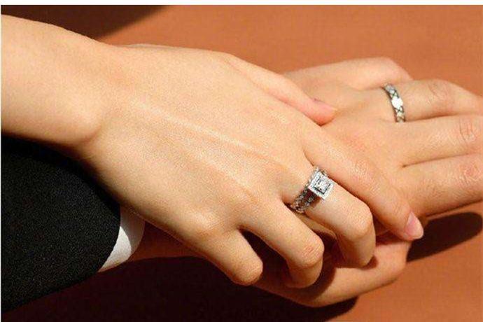 婚戒是爱情和婚姻的见证与信物,从求婚、订婚到正式结婚,都少不了戒指。下面小编就给大家分享一下备婚过程中婚戒要买几个?PS:文末附有超实用备婚清单,别忘记收藏哦!