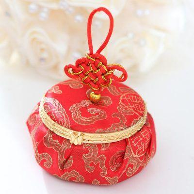 挑选<a href='https://www.jiehun.com.cn/tag/a5717/' target='_blank'>喜糖</a>盒ing